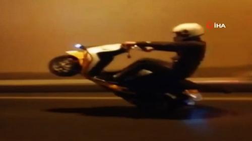 Tek tekerlek üzerinde giden motosiklet sürücüsü trafikte tehlike saçtı
