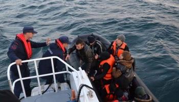 Botları batmak üzere olan göçmenler kurtarıldı
