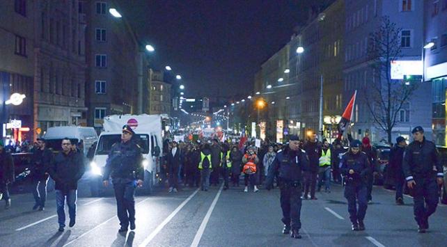Avusturyada binlerce kişi aşırı sağcı koalisyon hükümetini protesto etti