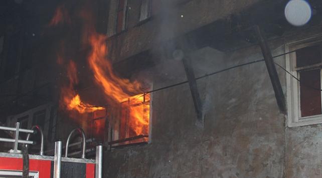 Kütahya'da evde çıkan yangın 3 binaya daha sıçradı