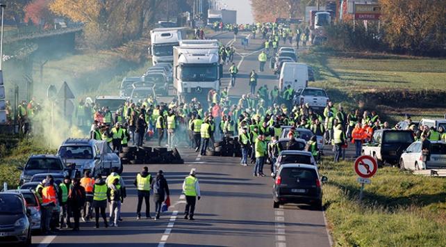 Fransada Sarı Yeleklilerin akaryakıt vergisi protestoları başladı