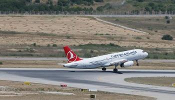 """Uçakta """"TNT taşıyorum"""" şakası yolcuları 4 saat bekletti"""