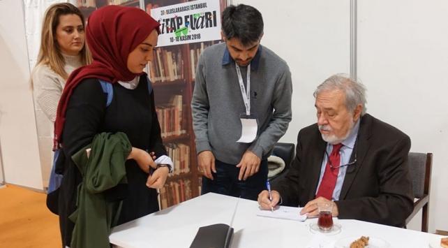 Ünlü yazarlar TÜYAPta kitaplarını imzaladı