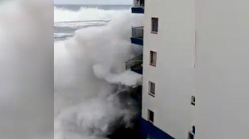 İspanyada dev dalgalar yüksek balkonları yıkıp geçti