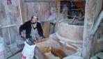 80 yaşındaki Melahat Çekir tarihi değirmeni tek başına işletiyor