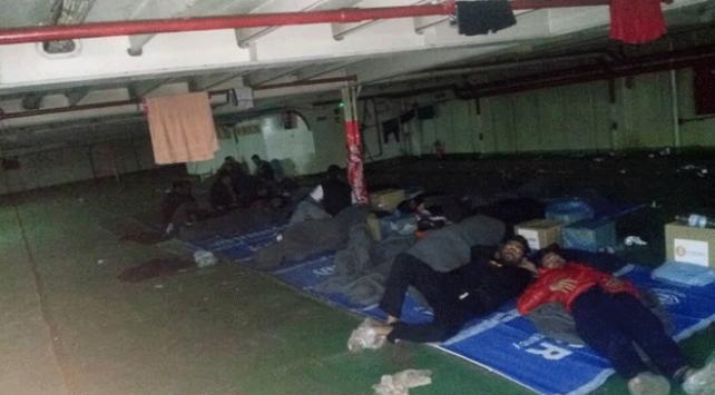 Libyanın Mısrata kentinde gemiden inmeyi reddeden göçmenler zorla tahliye edildi