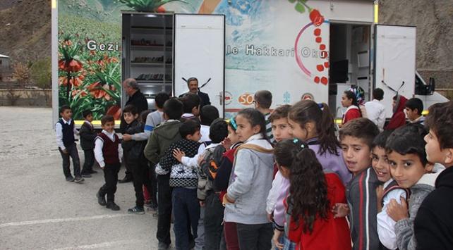 Hakkaride köy çocukları gezici kütüphane ile kitaba kavuşuyor