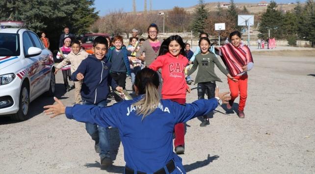 Jandarmadan köy okullarındaki çocuklara ziyaret