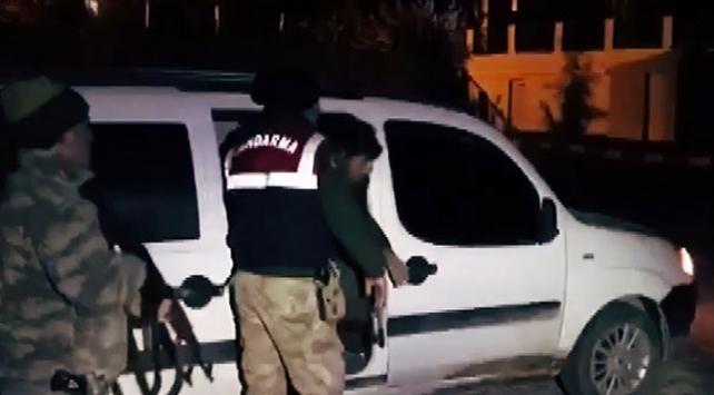 5 kişilik araçta 17 kişi yakalandı