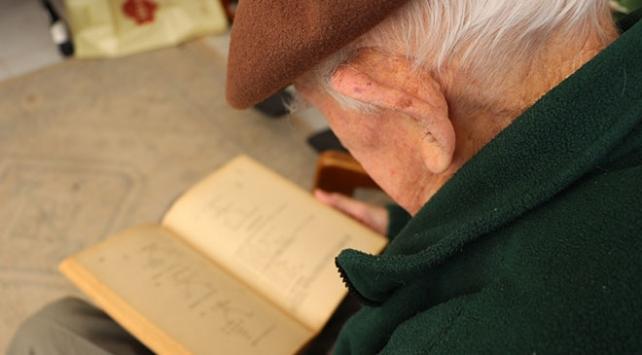 99 yaşındaki emekli öğretmen matematik problemi çözmeden uyumuyor