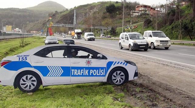 Maket polis aracını gören frene bastı