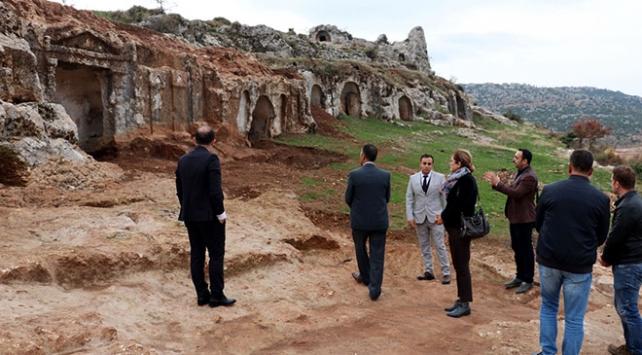 Roma dönemi kaya mezarları tarihe ışık tutulacak