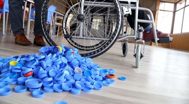 Topladığı mavi kapaklarla binlerce engellinin yüzünü güldürdü