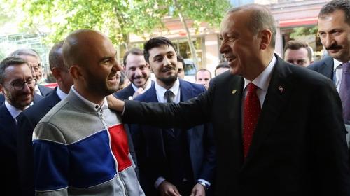 Cumhurbaşkanı Erdoğan, kendisini görmek için Şiliden gelen genci uçağına davet etti