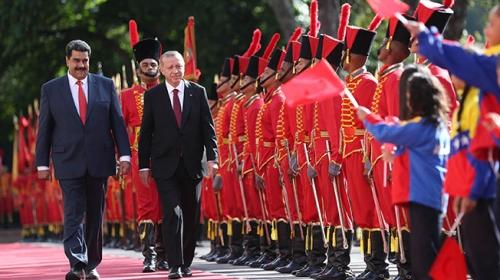 """Cumhurbaşkanı Erdoğanı karşılama töreninde """"İstiklal Marşı"""" jesti"""
