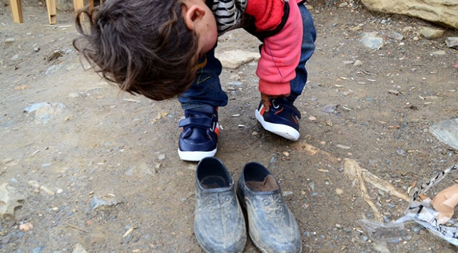Fotoğraflarını çektiği köy çocuklarını topladığı yardımlarla sevindirdi