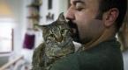 Ahşap ustası, iki bacağı olmayan kediyi hayata bağladı
