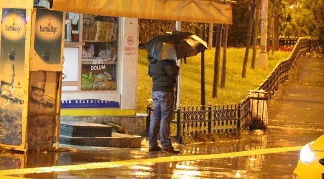 İstanbulda şiddetli fırtına gece boyunca devam etti