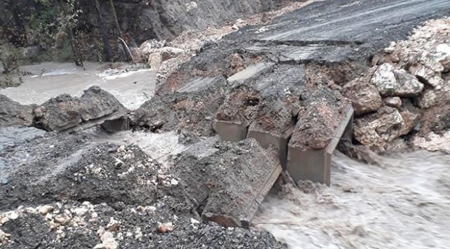 Mersini sağanak vurdu: Menfez köprü çöktü