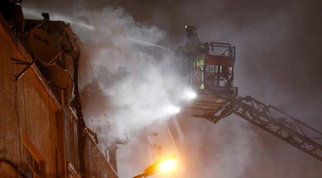 Bayrampaşada 4 katlı binada yangın çıktı