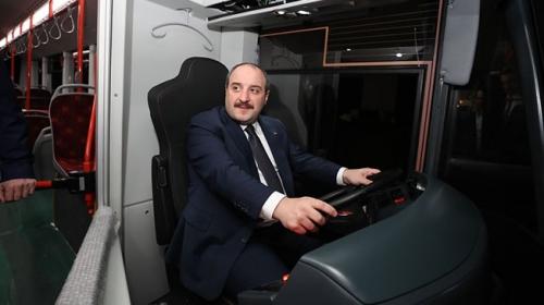 Bakan Varank yerli elektrikli otobüsün direksiyonuna geçti