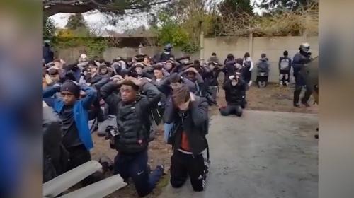 Fransız polisi öğrencilere diz çöktürerek gözaltına aldı