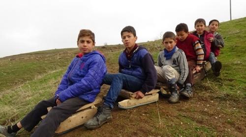 Muşlu çocuklar ıslanan çimlerde kızak keyfi yaptı