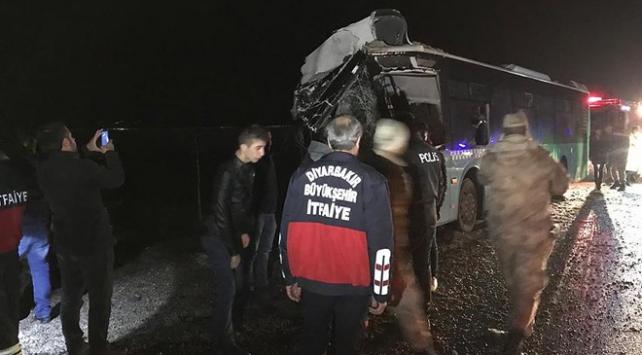 Diyarbakır-Mardin kara yolunda otobüs ile kamyon çarpıştı