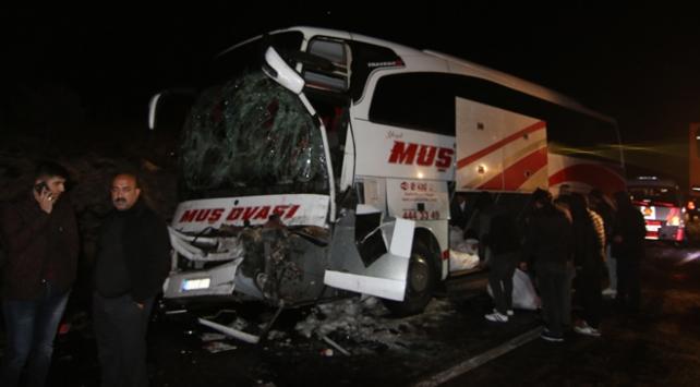 Bingölde yolcu otobüsü kamyona çarptı