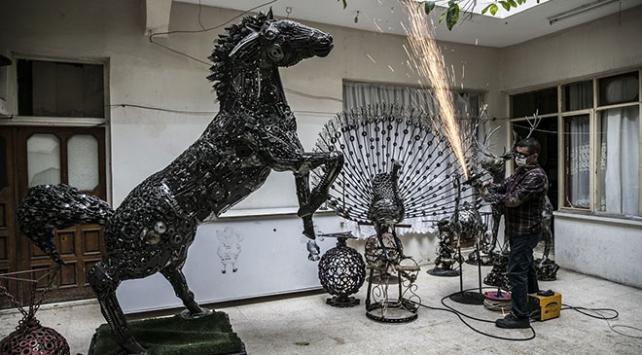 Topladığı hurda malzemelerden heykel yapıyor