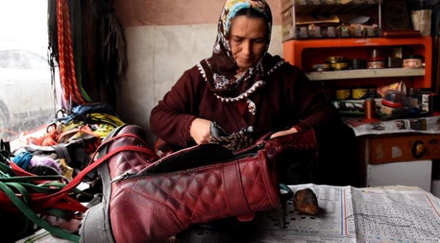 Ayakkabı tamircisi Zeynep Kandar dede mesleğini yıllardır sürdürüyor