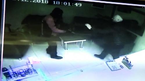Dükkan sahibi silahlı soyguncuyu etkisiz hale getirdi