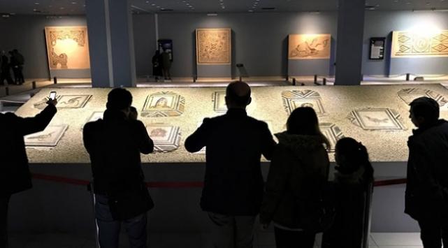 """""""Çingene Kızı"""" mozaiğinin ABDden getirilen 12 parçasına yoğun ilgi"""