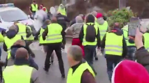 Fransada polisle göstericilerin biber gazı mücadelesi