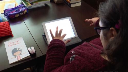 Serebral palsi hastası 15 yaşındaki Duru tek elle kitap yazdı