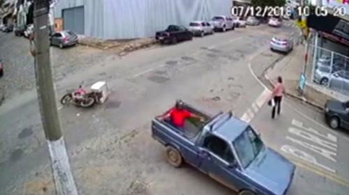 Çarptığı kamyonetin kasasına düştü