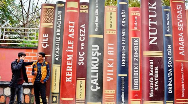 Mardinde 2 okul binasını ayıran duvar, devasa kitap figürleriyle donatıldı