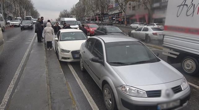 İstanbulda yola akaryakıt aktı, 15 araç birbirine girdi