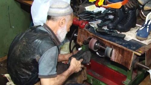 55 yıllık ayakkabı ustası kunduraları ilk günkü haline getiriyor