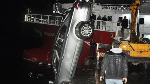 Seyir halindeki otomobil denize düştü; balıkçılar kurtardı