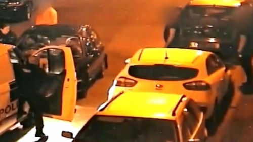 Araç hırsızlarını durdurmak isteyen kadın polis neredeyse eziliyordu