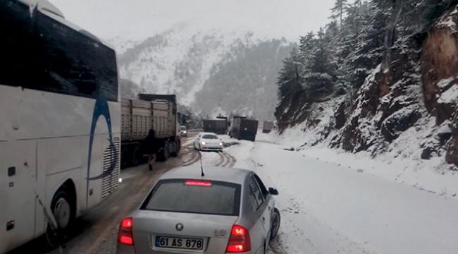 Doğu Karadenizde kar etkili oluyor: Araçlar yollarda kaldı