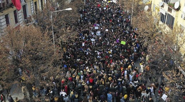 Arnavutlukta binlerce öğrenciden harç protestosu