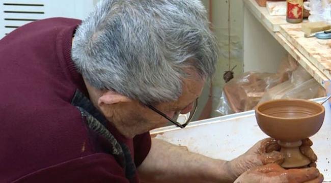 Usta elleriyle 70 yıldır seramiğe şekil veriyor