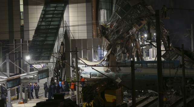 Ankaradaki YHT kazasında enkaz kaldırma çalışmaları sürüyor