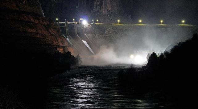 Dicle Barajının kapaklarından biri yağış nedeniyle koptu