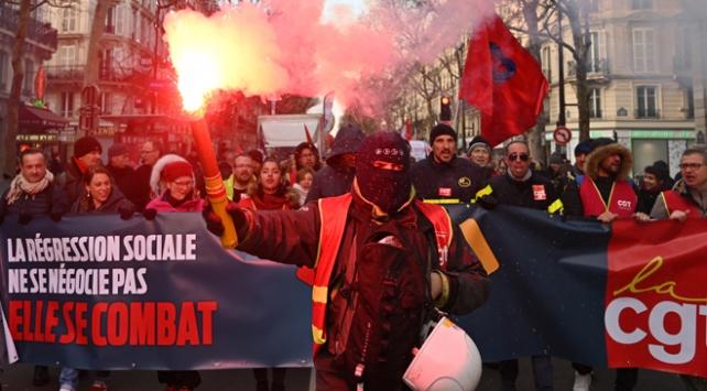 Fransada işçi emekli ve memurlar da sokağa çıktı