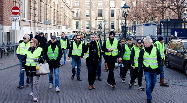 Hollandada sarı yeleklilerden protesto gösterileri