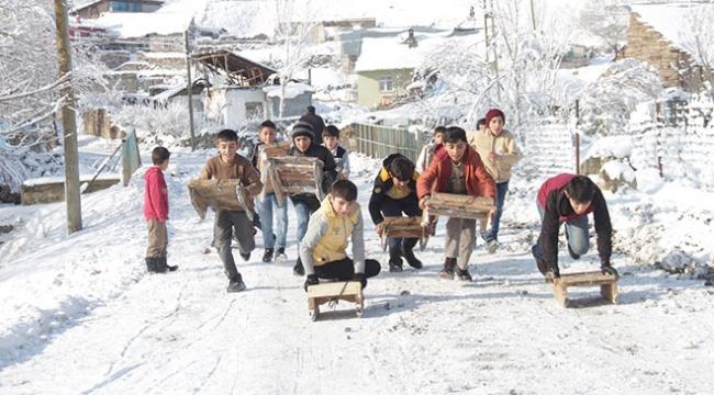 Karslı çocuklar yaptıkları tahta kızaklarla kaymanın keyfini yaşadı