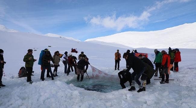 """Kaçkar Buzul Gölünde sıra dışı """"yüzme şenliği"""""""
